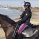Coronavirus: surfista allontanato dalla polizia a cavallo [video]